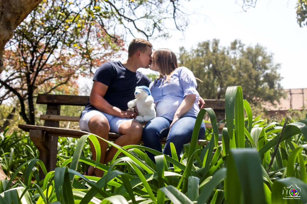 Kissing Maternity Banner   Photoshoots Pretoria
